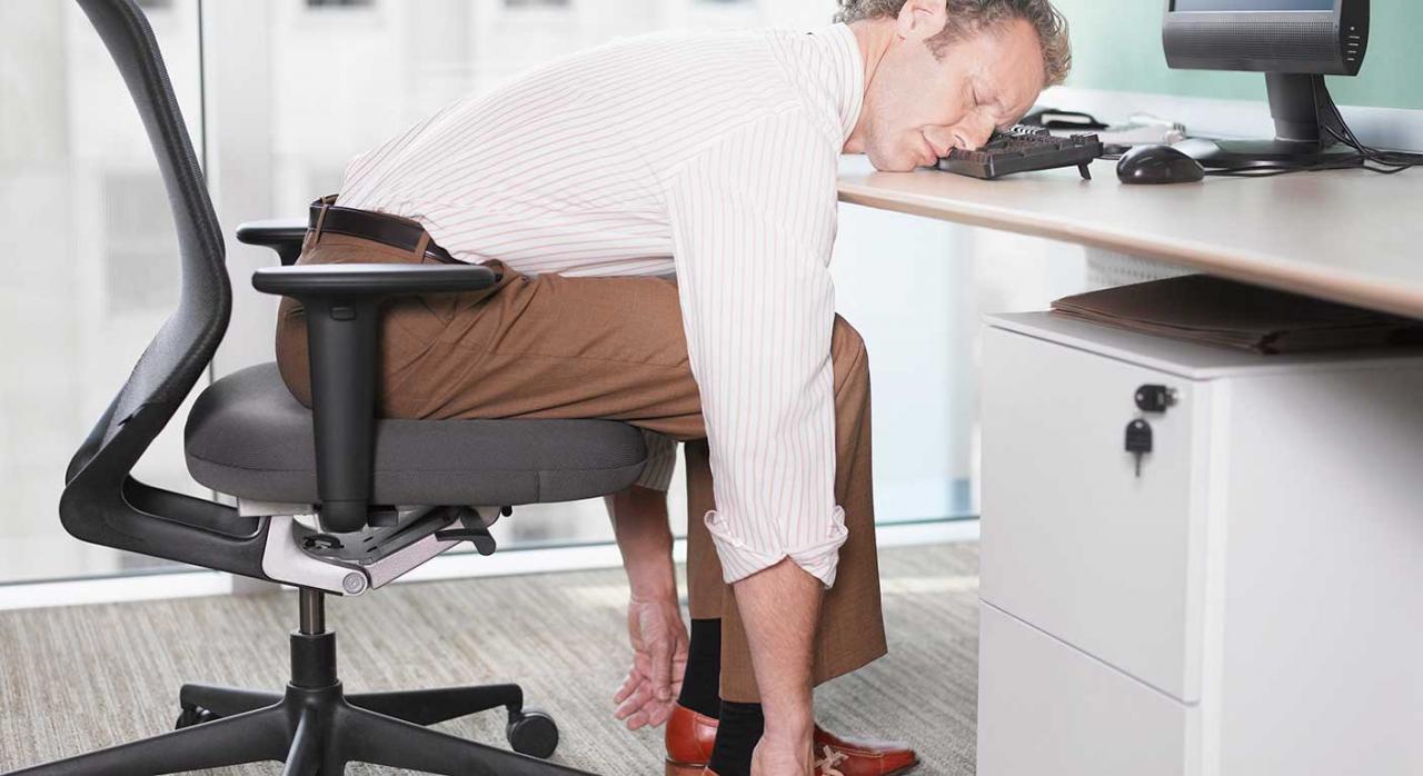 Periodo mínimo de descanso diario; jornada máxima; tiempo de trabajo. Imagen de una empresario durmiendo encima de un teclado de ordenador