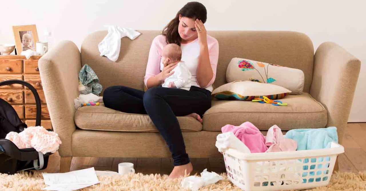 Permisos adicionales de maternidad para proteger la condición biológica de las madres que cuidan de sus hijos ellas solas. Imagen de una madre con su bebé en el sofá de su casa