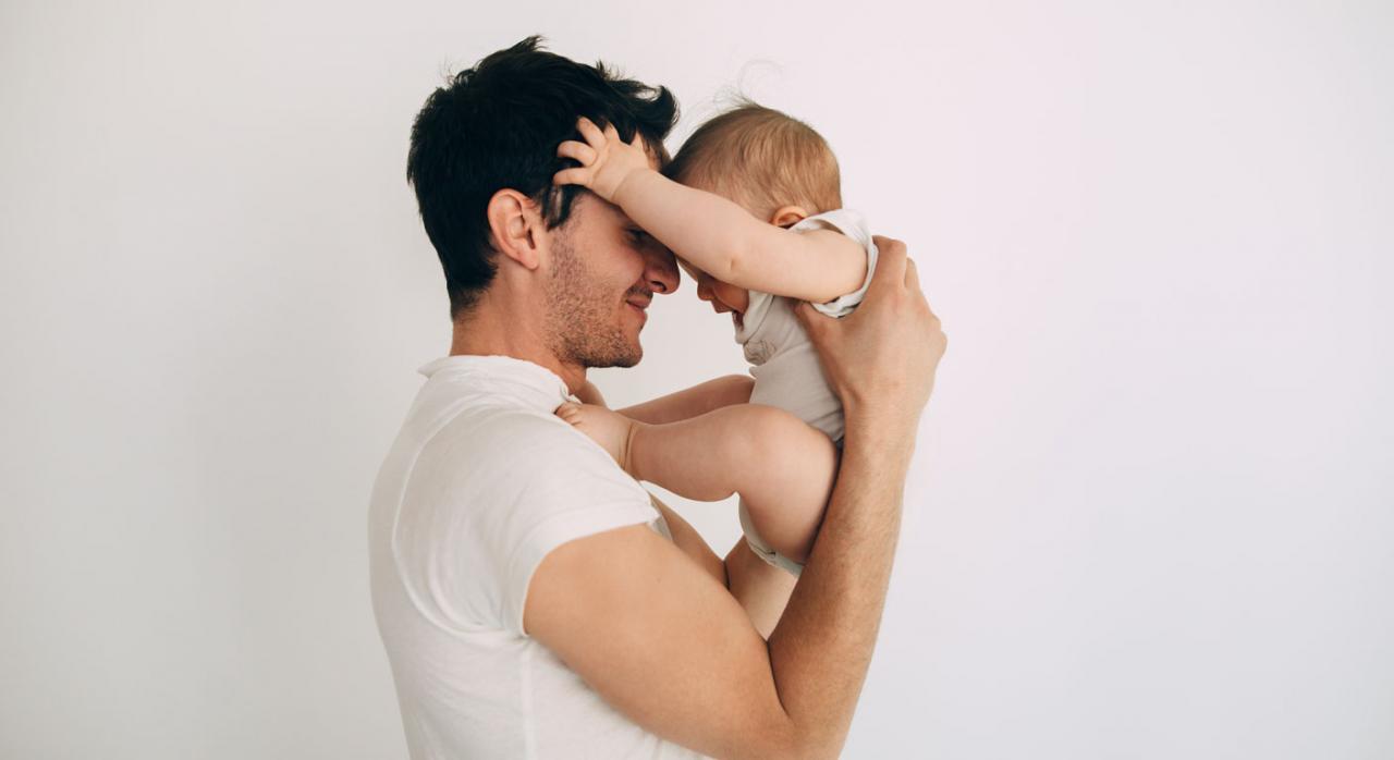 Permiso por nacimiento de hijo. Foto de un padre con su hijo en brazos