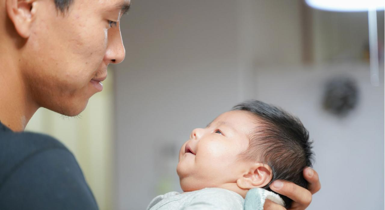 Permiso de paternidad. Imagen de padre con su bebé