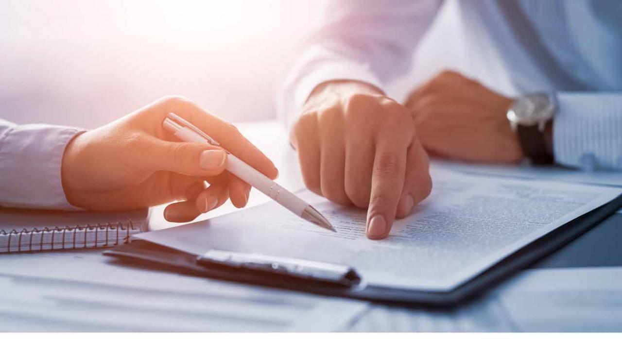 Dos personas revisando unos permisos