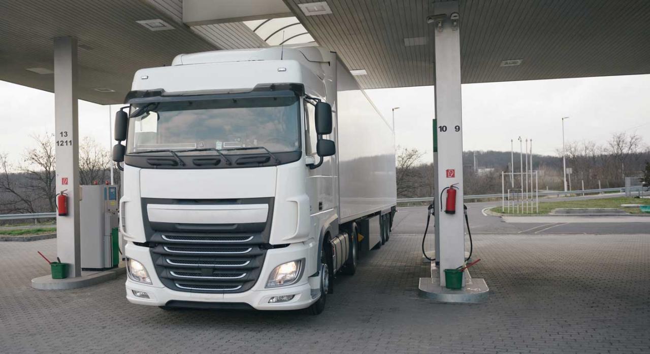 Lugar al que acuden los trabajadores para la prestación de servicios. Imagen de camión pesado en estación de servicio
