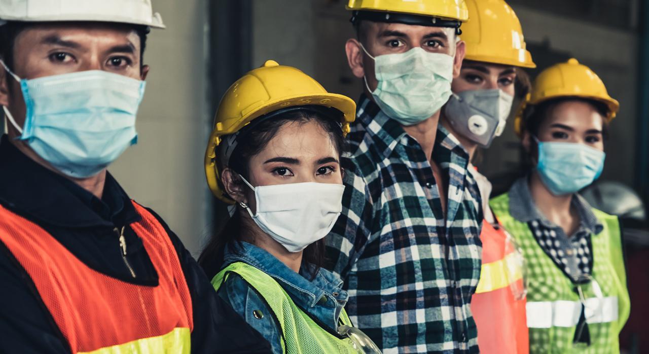 Prevención de riesgos sanidad. Imagen de trabajadores con mascarilla