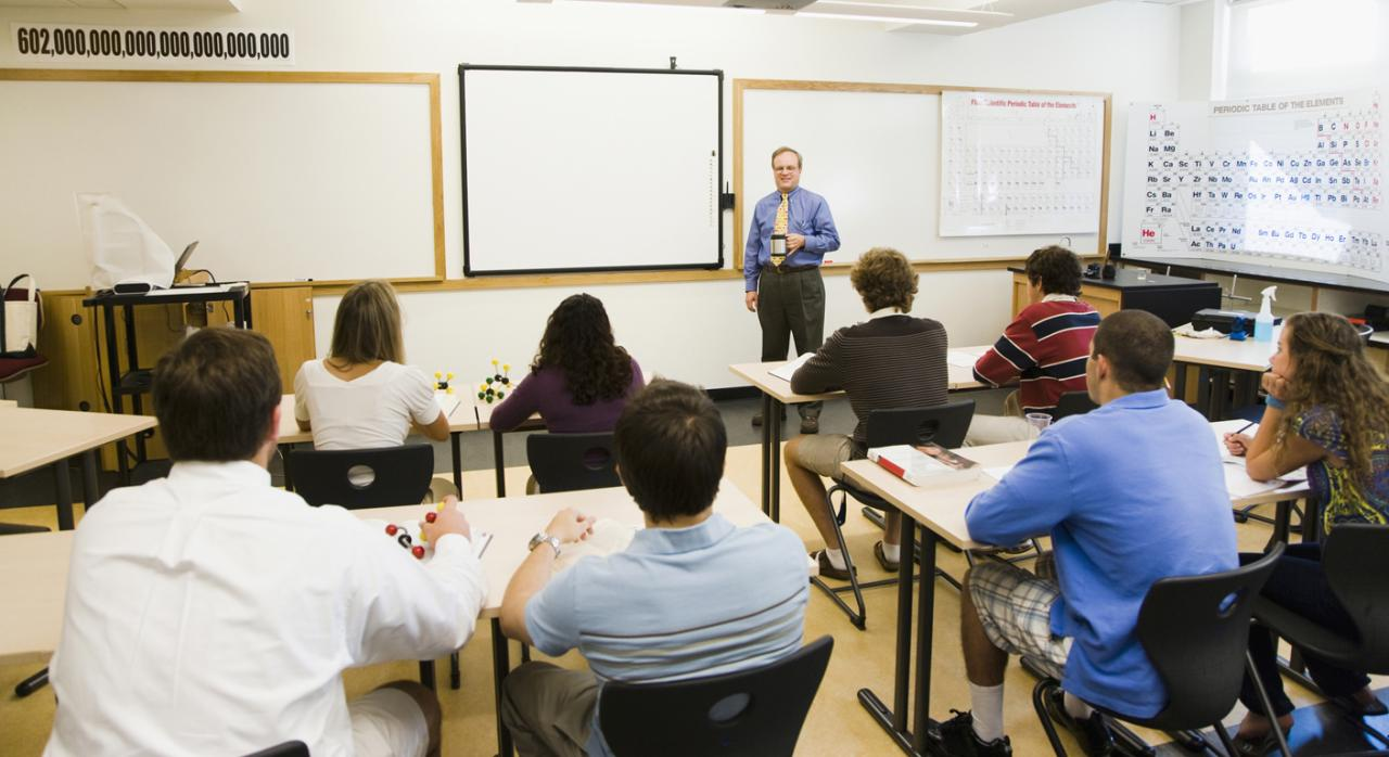 TS. Es laboral la relación que une a los profesores con las academias que imparten cursos de formación profesional ocupacional
