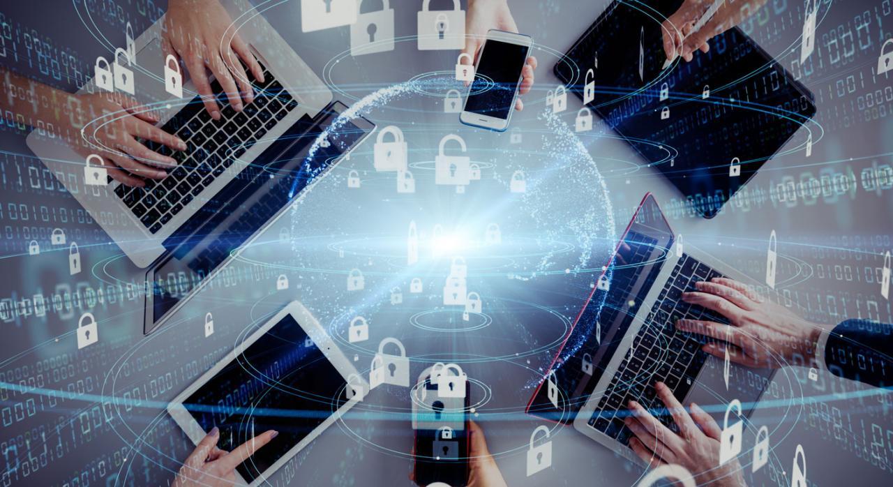 La AEPD publica una guía sobre protección de datos y relaciones laborales. Imagen de manos con tablets, moviles, ordenadores