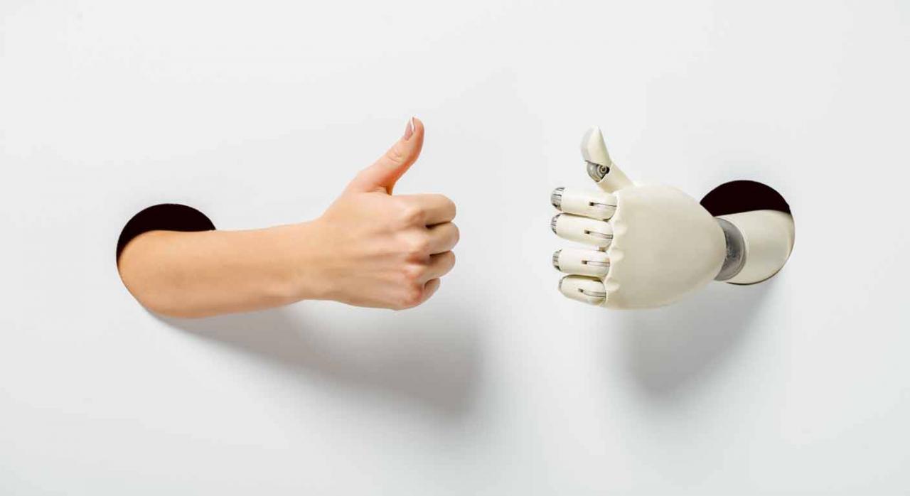 Prótesis última generación. Mano persona y de robot con pulgares arriba