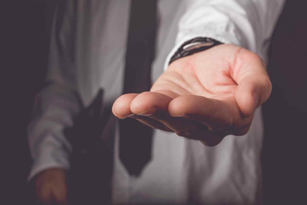 Reclamación al Estado de salarios de tramitación. Imagen de una mano en posición de pedir algo
