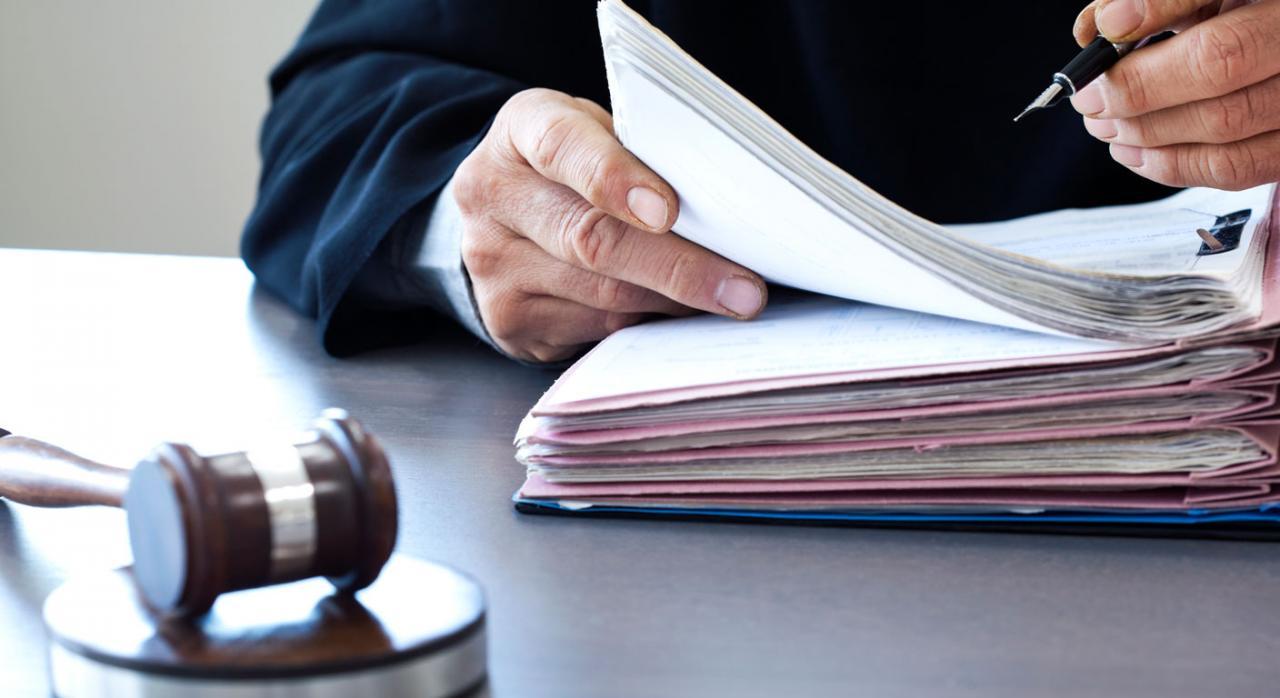 Imagen de un juez con recursos de suplicacion y casacion