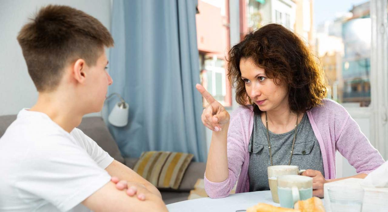 La adaptación del horario es complementaria y alternativa a la reducción de jornada. Imagen madre reprendiendo a hijo adolescente