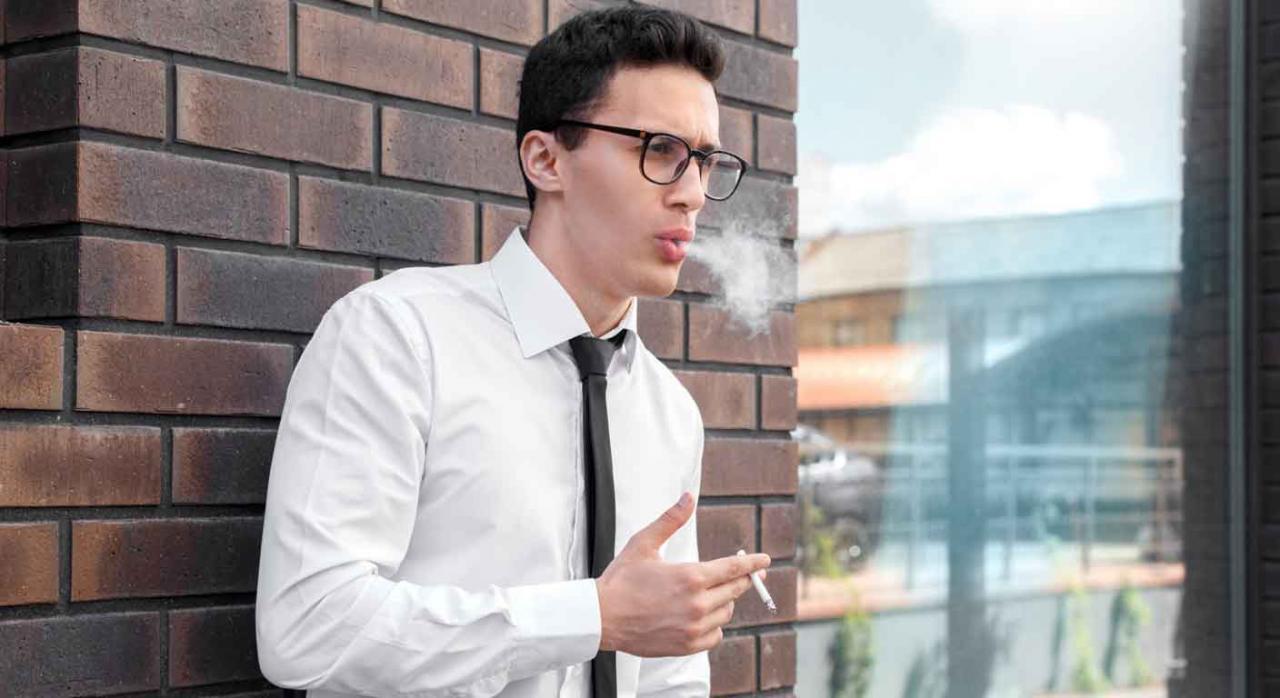 Registro diario de jornada; factor corrector; flexibilidad. Chico fuera de su lugar de trabajo fumando