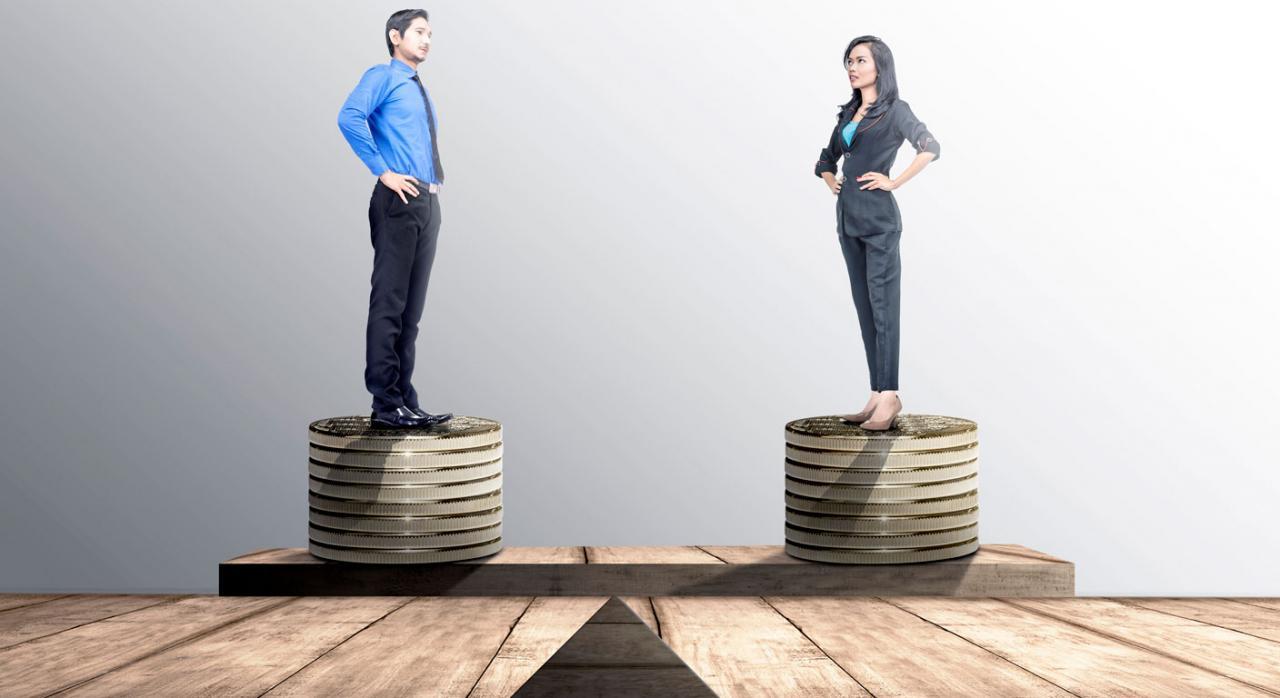 Registro obligatorio de salarios para garantizar la igualdad retributiva. Imagen de un empresario y empresaria subidos al mismo nivel en una pila de monedas