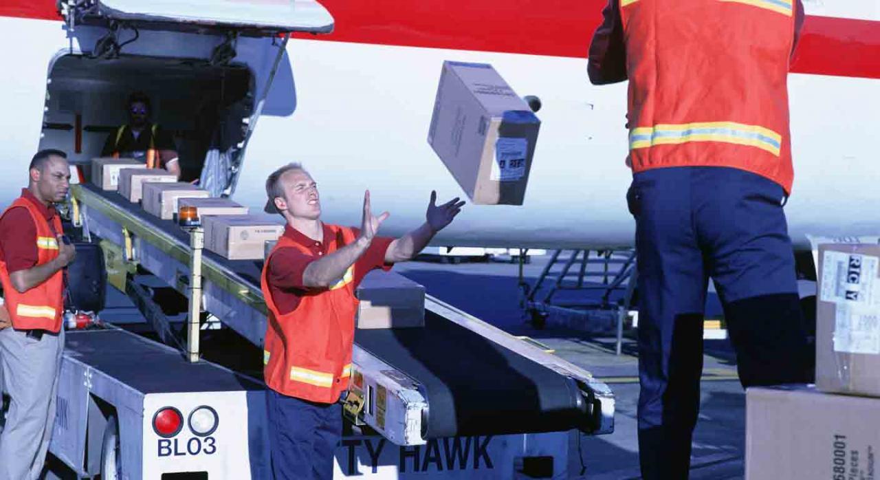 Reclamación de antigüedad. Personal de carga de aviones trabajando