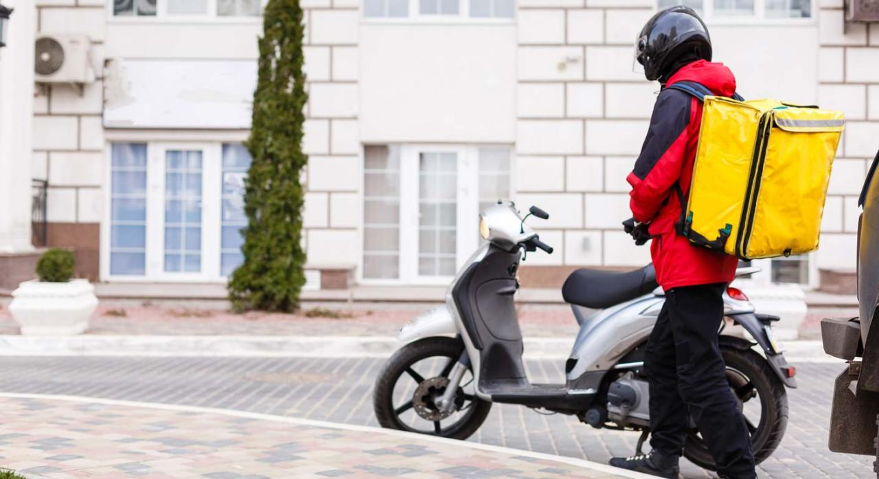 Glovo no es una mera intermediaria. Imagen de entrega en motocicleta con repartidor a domicilo