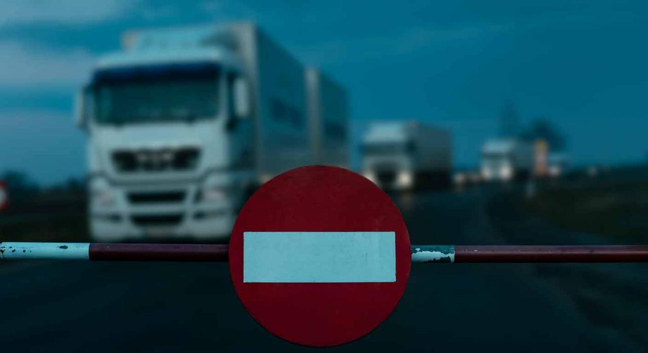 La expulsión requiere una valoración previa. Imagen de una fila de camiones con la señal de prohibido el paso