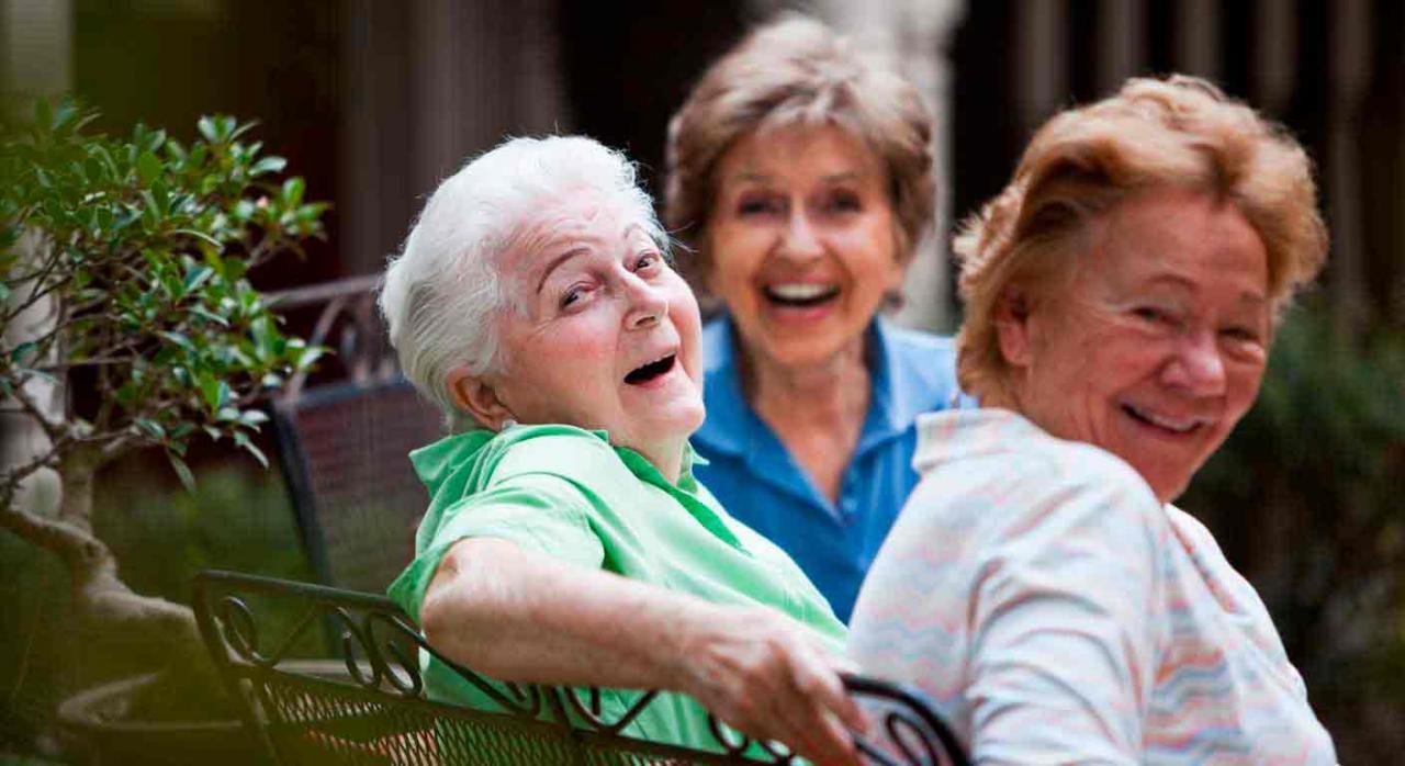 Revalorización pensiones. Señoras mayores sonriendo