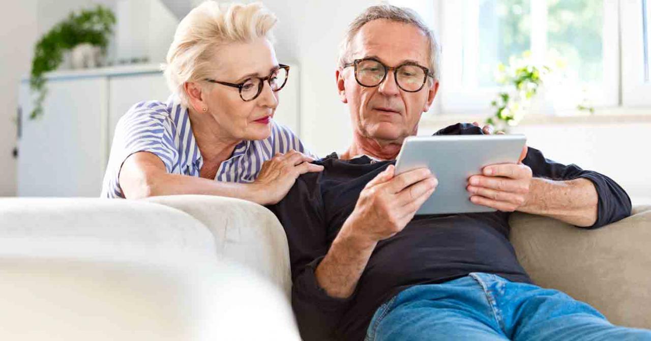 Publicado el real decreto de revalorización de pensiones. Imagen de una pareja de pensionistas mirando una tablet