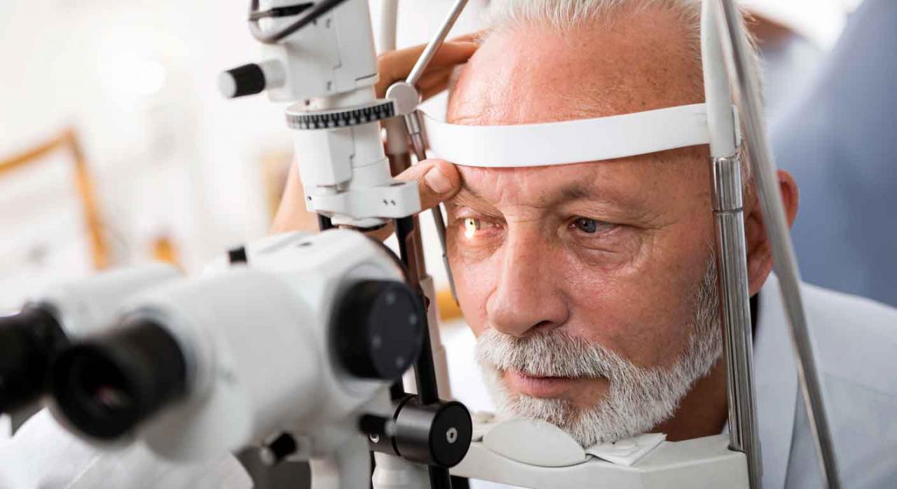 Imagen de un señor en una revisión ocular para ver su grado de discapacidad