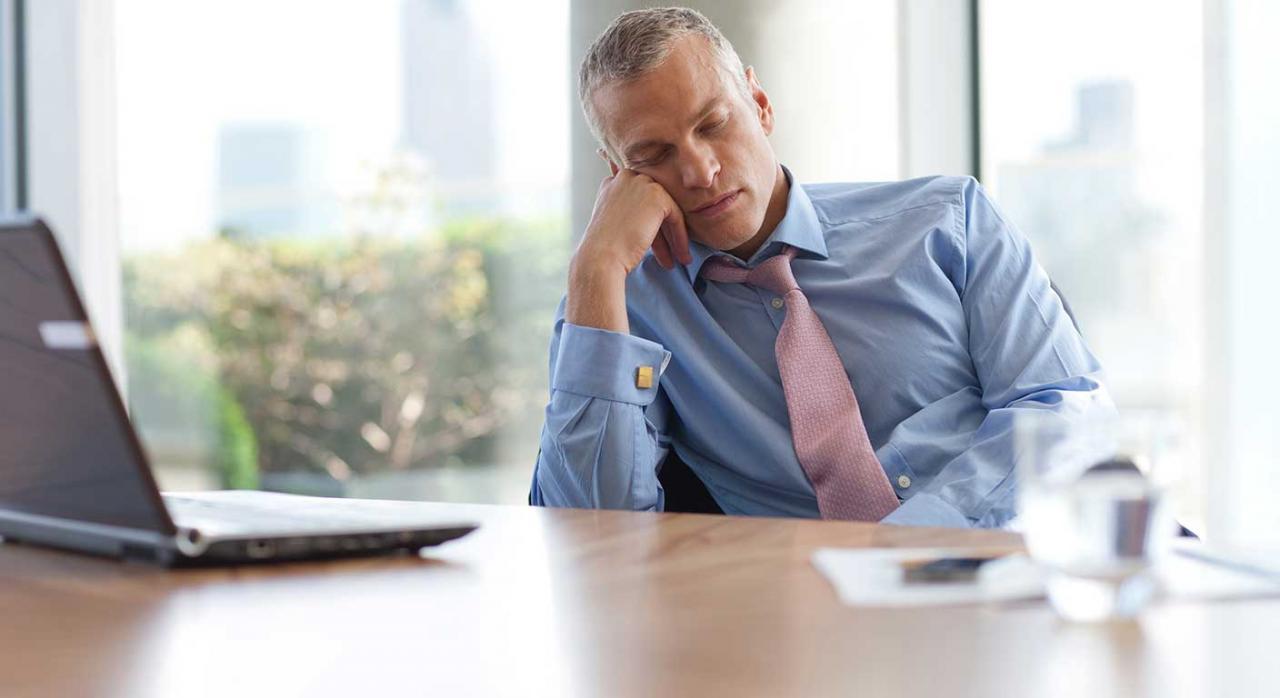 Sanciones; prescripción; dies a quo; silencio administrativo; recurso de alzada. Imagen de un trabajador dorimido en la oficina