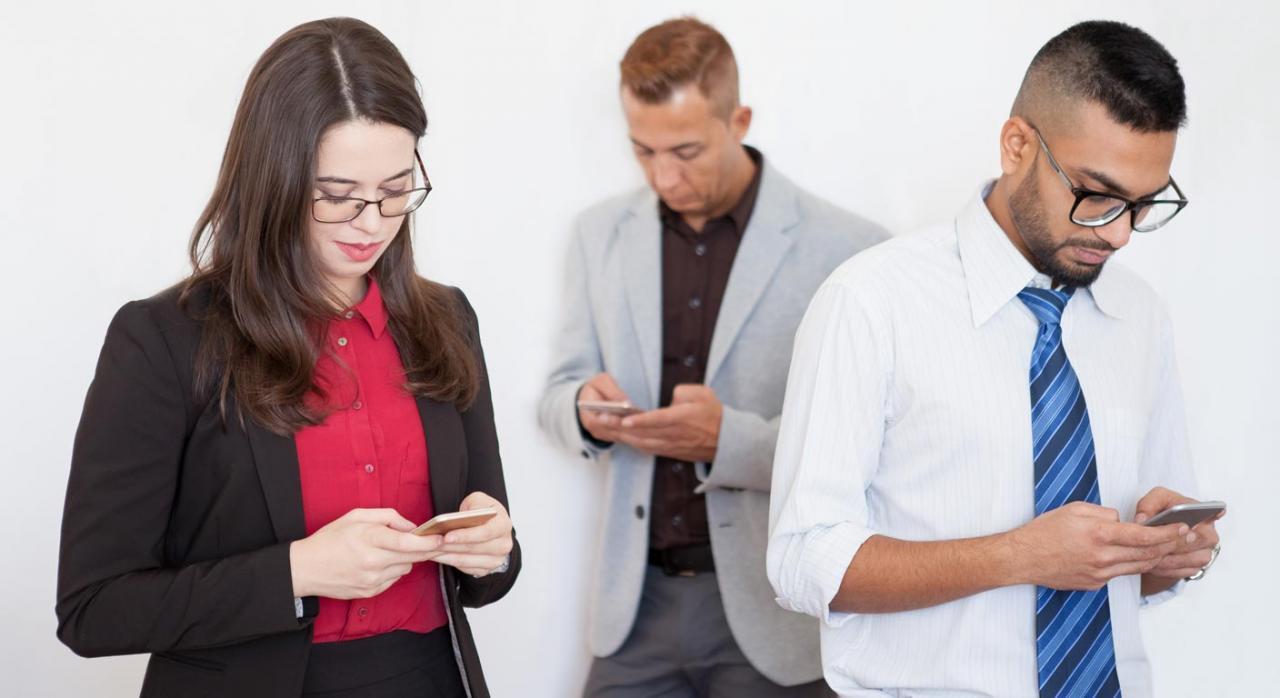 Personal viendo redes sociales en el móvil