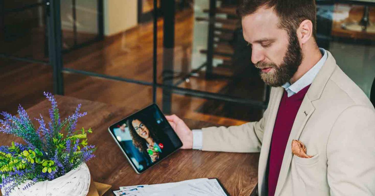 9 ventajas que la selección en remoto puede aportar a los responsables de Recursos Humanos. Imagen de un hombre haciendo una selección por videollamada