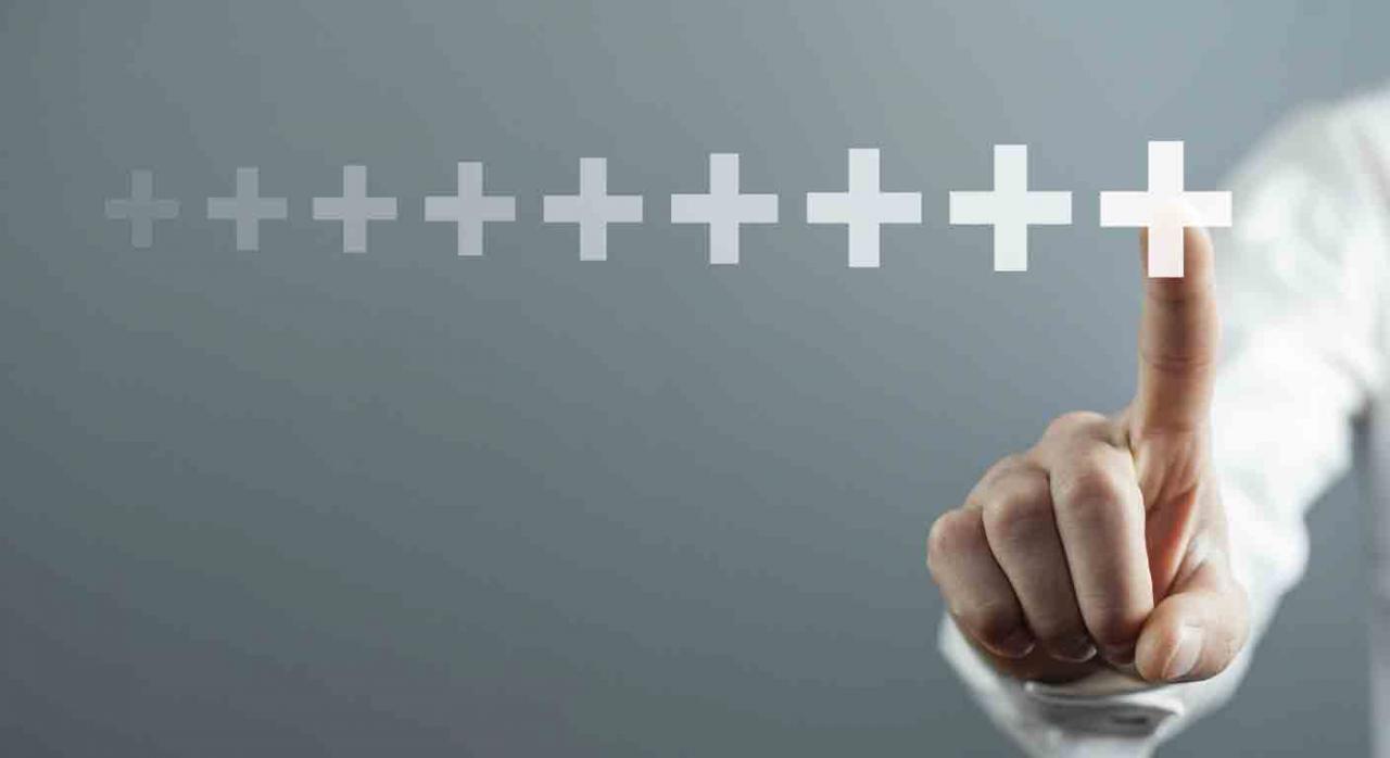 acumulación de acciones; salarios de tramitación. Hombre tocando con el dedo el signo positivo