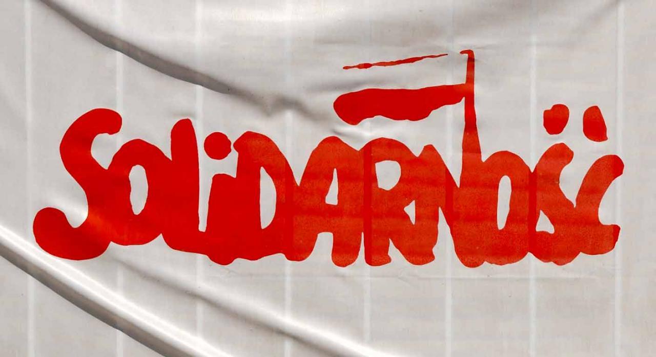 Sindicatos que emplean la palabra solidaridad para su identificación. Bandera de Solidarsnoc en Polonia
