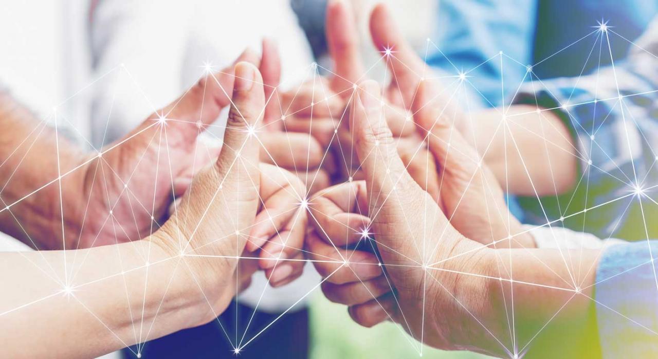 Socios trabajadores de trabajo asociado. Grupo diverso y multiétnico de colegas que unen las manos