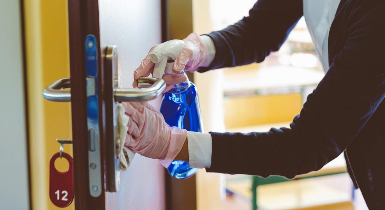La nueva adjudicataria puede reclamar la correspondiente indemnización de daños y perjuicios. Imagen de servicio de limpieza por covid 19