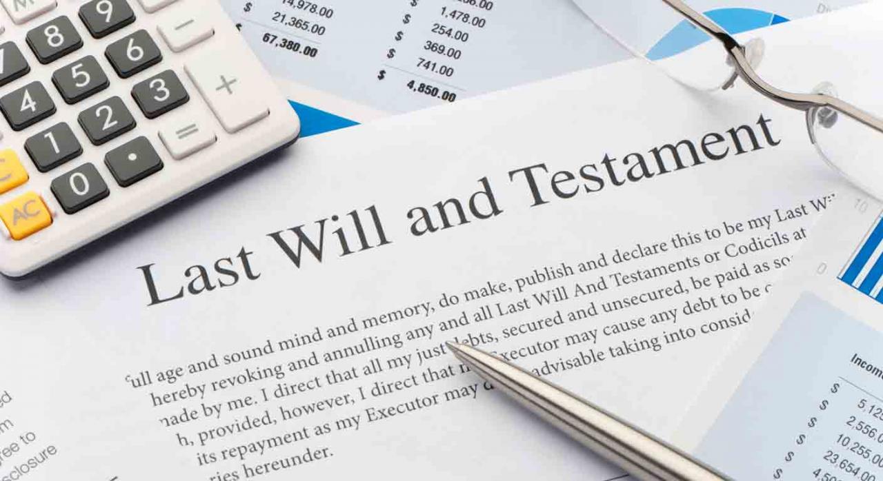 Subsidio para mayores de 52 años. Primer plano de la página de un testamento y una calculadora