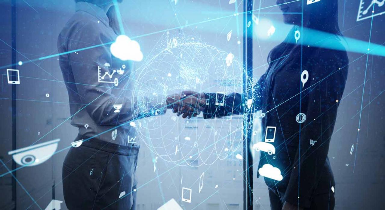 Cálculo de la antigüedad y unidad esencial del vínculo. Imagen tecnológica de un hombre y una mujer dándose la mano sellando un contrato.