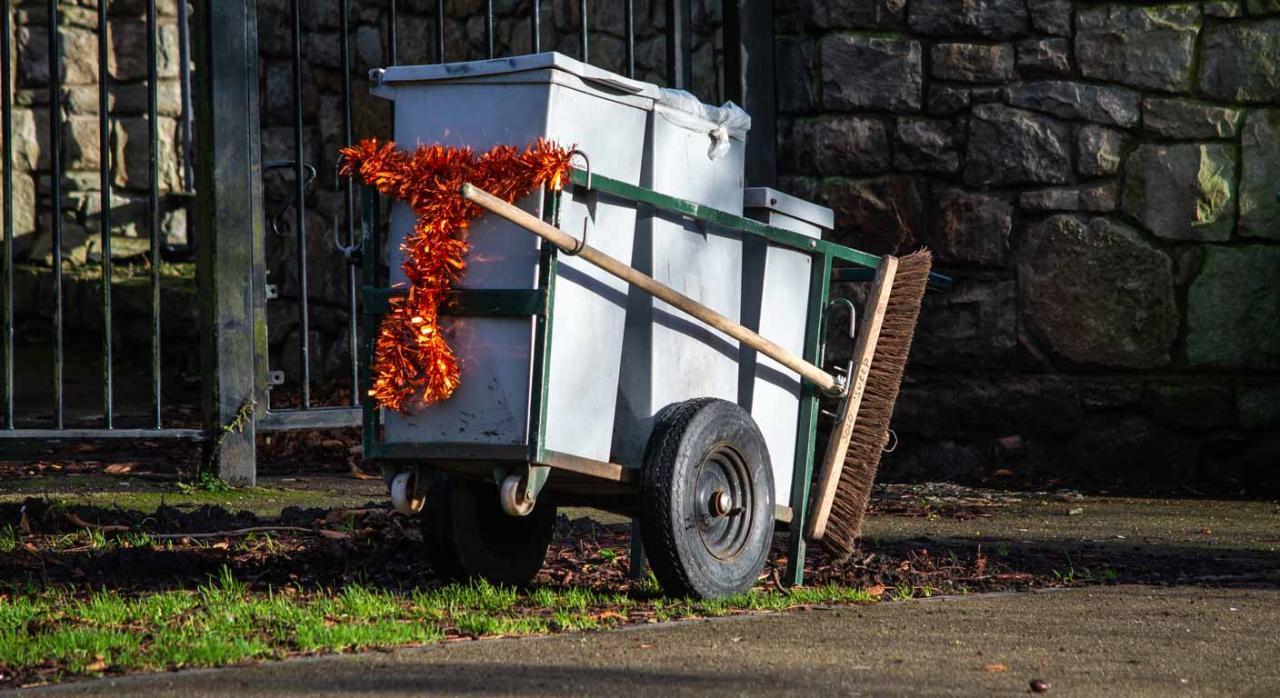Carro de limpieza en un parque, sucesión de empresa