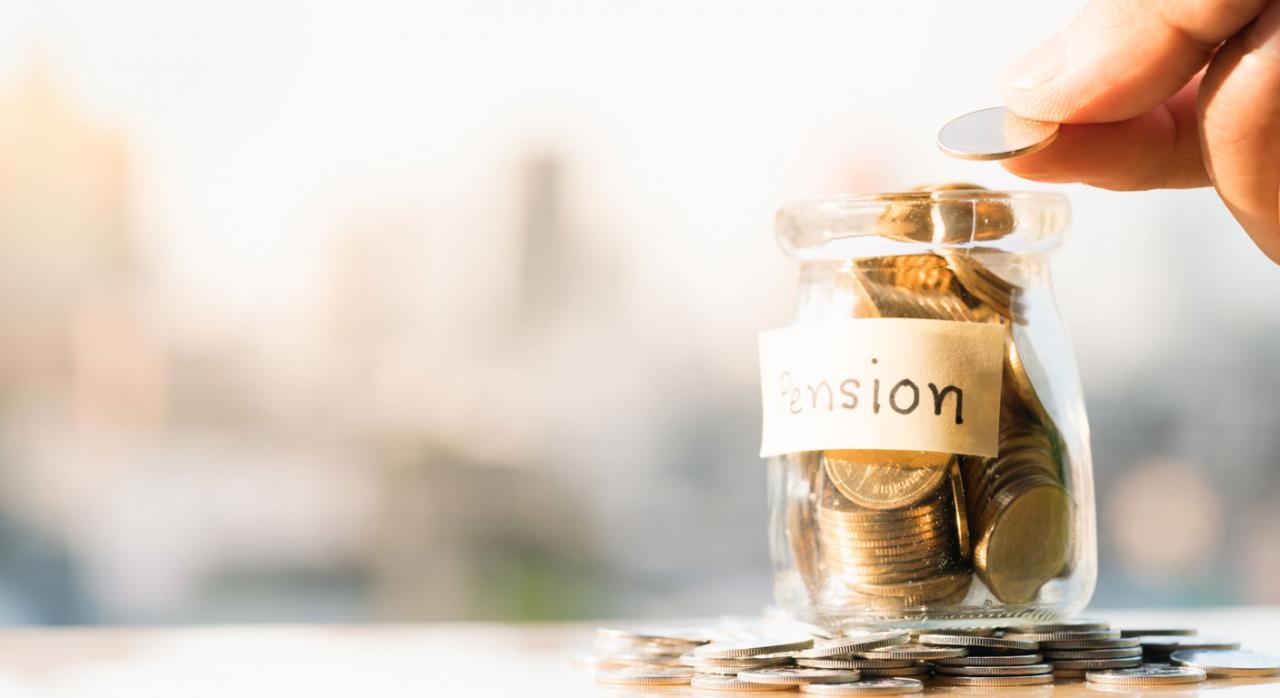 Pensión a favor de familiares; SOVI. Tarro de cristal lleno de monedas en cuya etiqueta pone pensiones