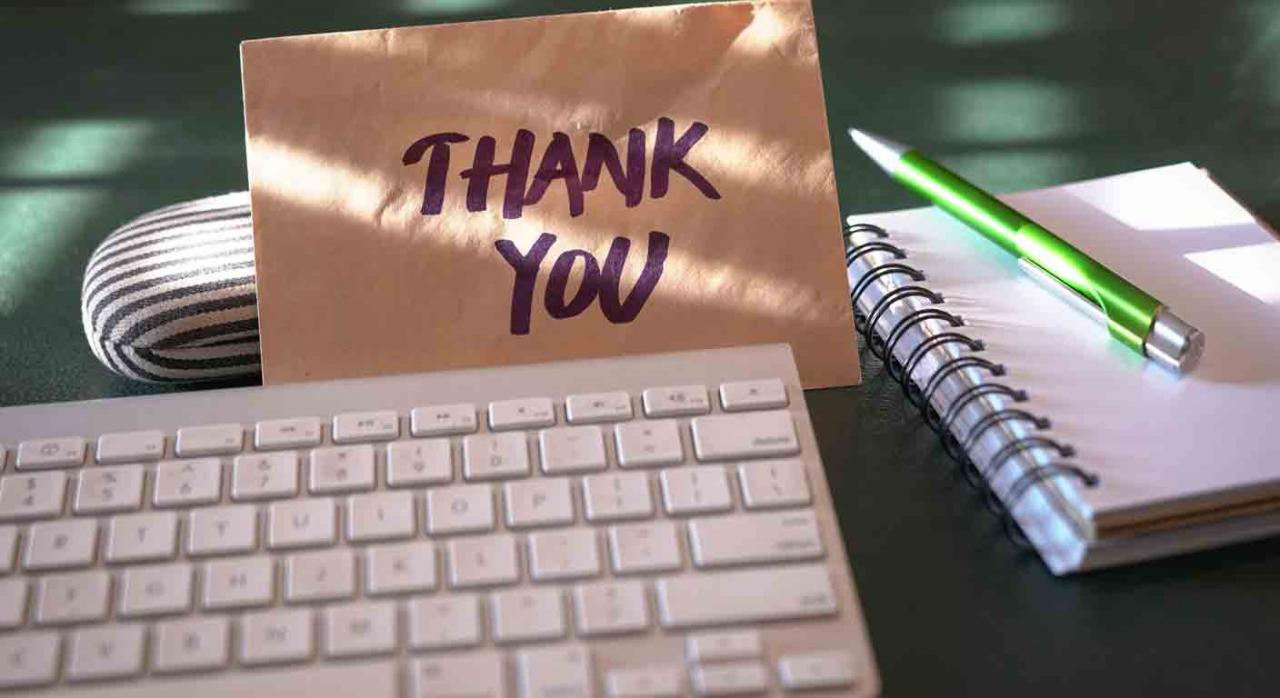 COVID-19-recompensar-trabajadores. Teclado de un ordenador con una nota al lado de gracias