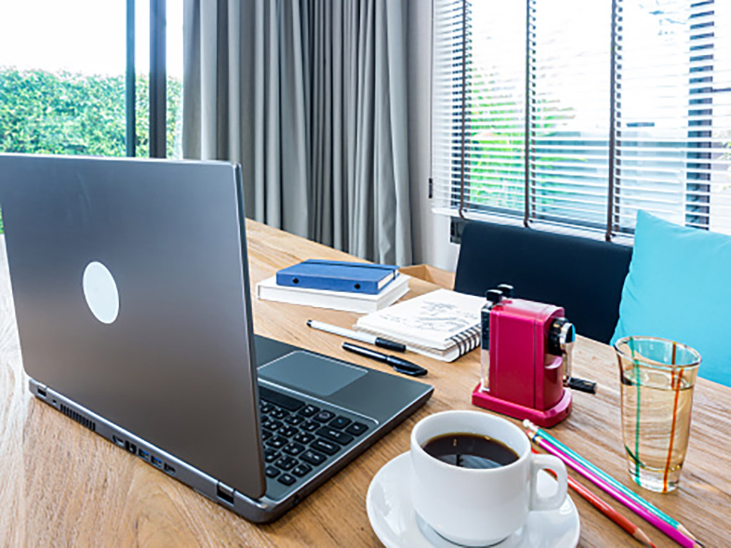 Teletrabajo. Imagen de un escritorio con el ordenador en una casa