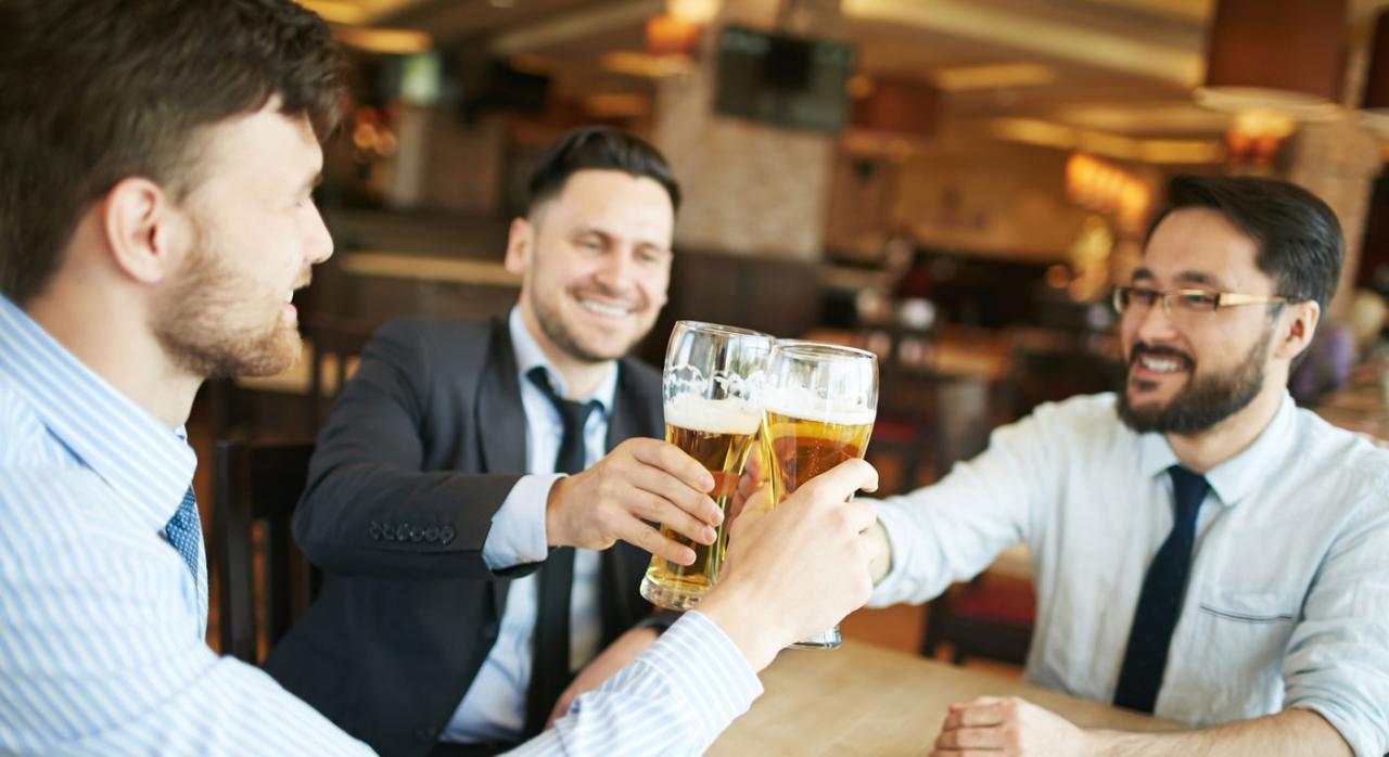 Tomando cervezas compañeros del trabajo