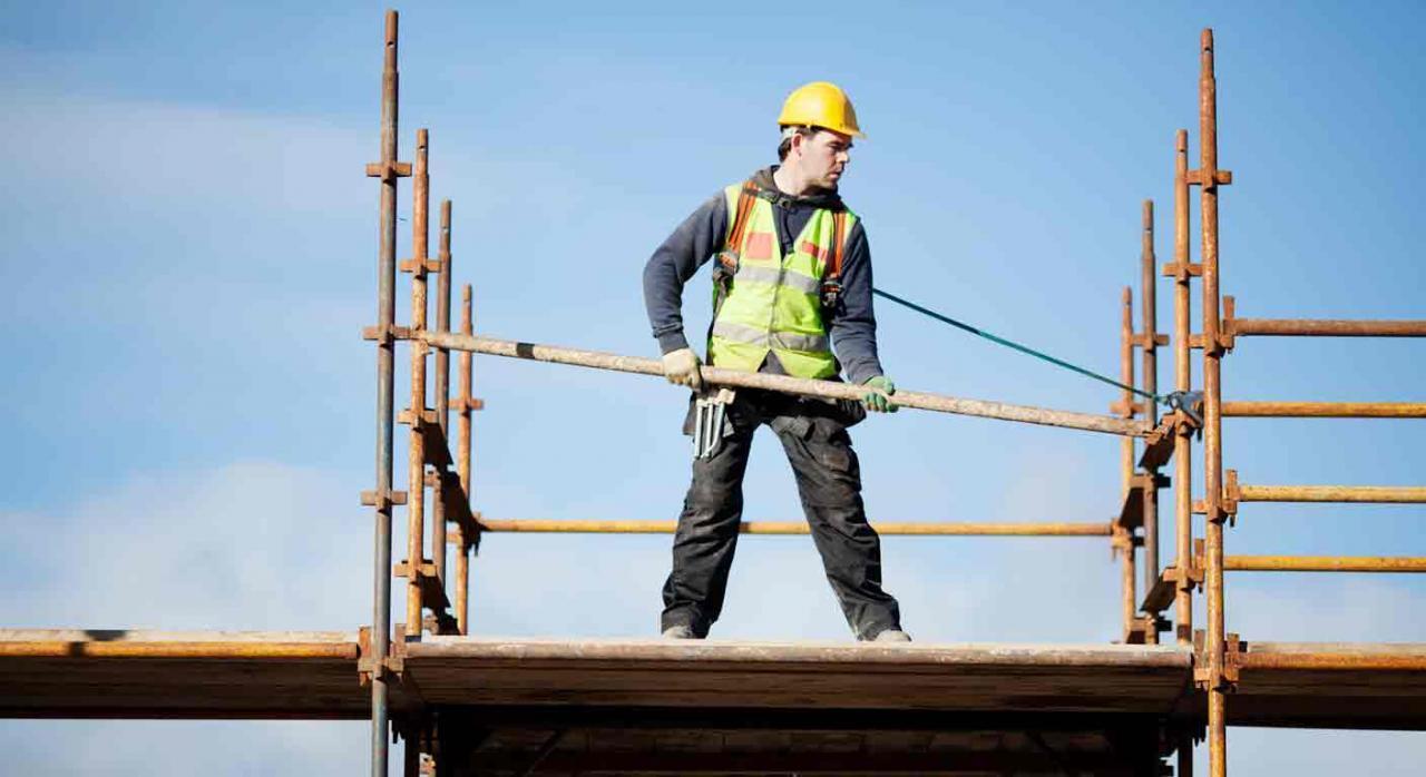 Contrato fijo de obra; utilización abusiva; transmisión de empresa. Trabajador subido sobre un andamio mientras lo monta