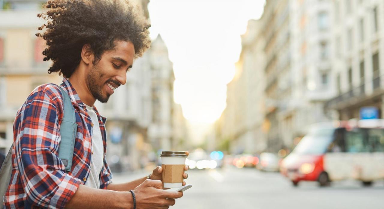 Trabajador tomando un café en su tiempo de descanso