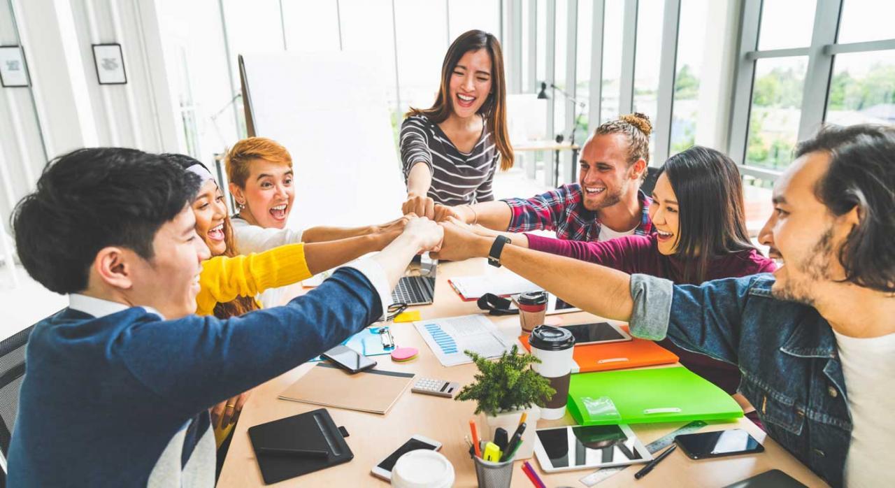 Trabajo en equipo. Imagen de diverso grupo multiétnico con manos unidas