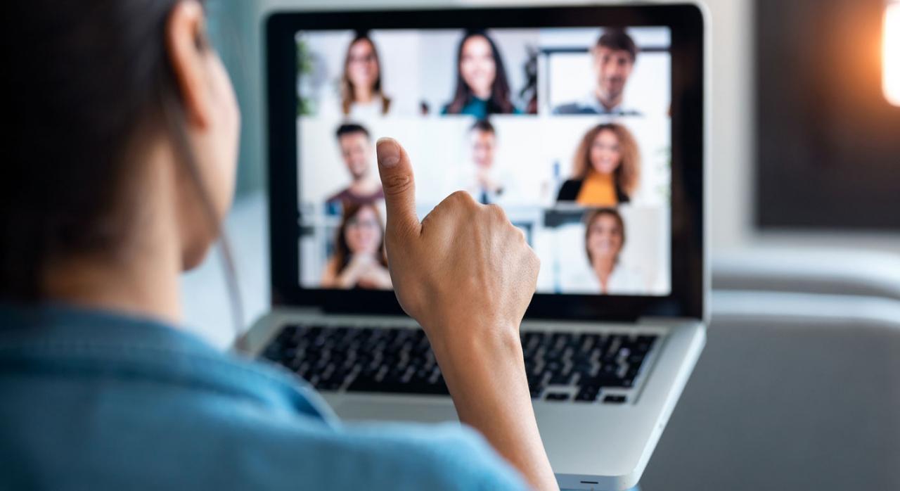 La ley quiere que la información sobre las horas complementarias en los contratos a tiempo parcial sea total. Imagen de persona frente a un portátil haciéndo videollamada