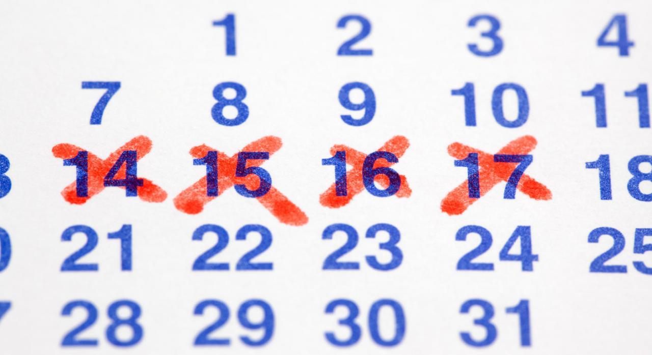 Vacaciones anuales retribuidas, aplazamiento, baja por enfermedad. Imagen de un calendario con los días tachados