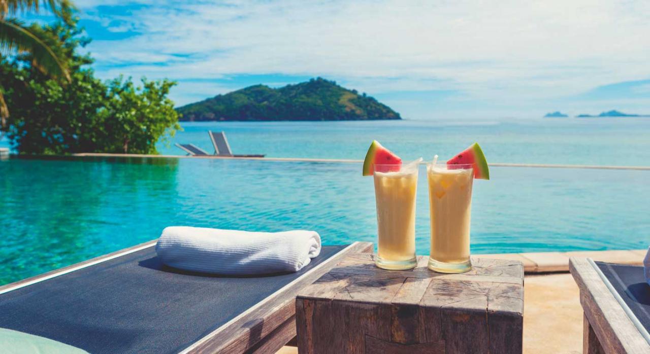 Imagen de unas hamacas y unos cocteles para unas vacaciones