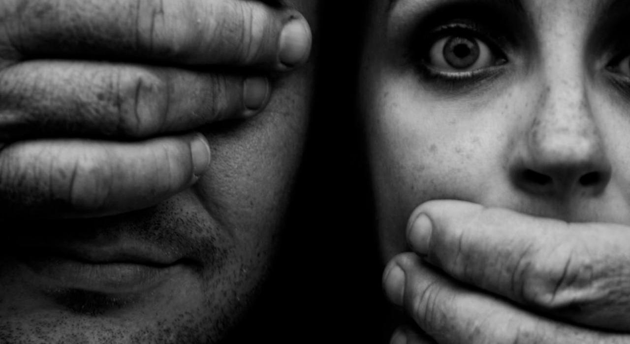 El papel de la Sala de lo Social del TS contra la violencia de género. Imagen de una mujer con la boca tapada