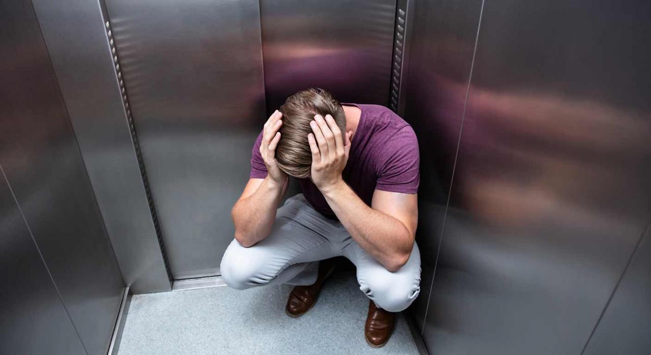 Pensión de viudedad. No se reconoce en los supuestos de violencia de género cuando ambos cónyuges son varones. Imagen de un hombre tirado en un ascensor
